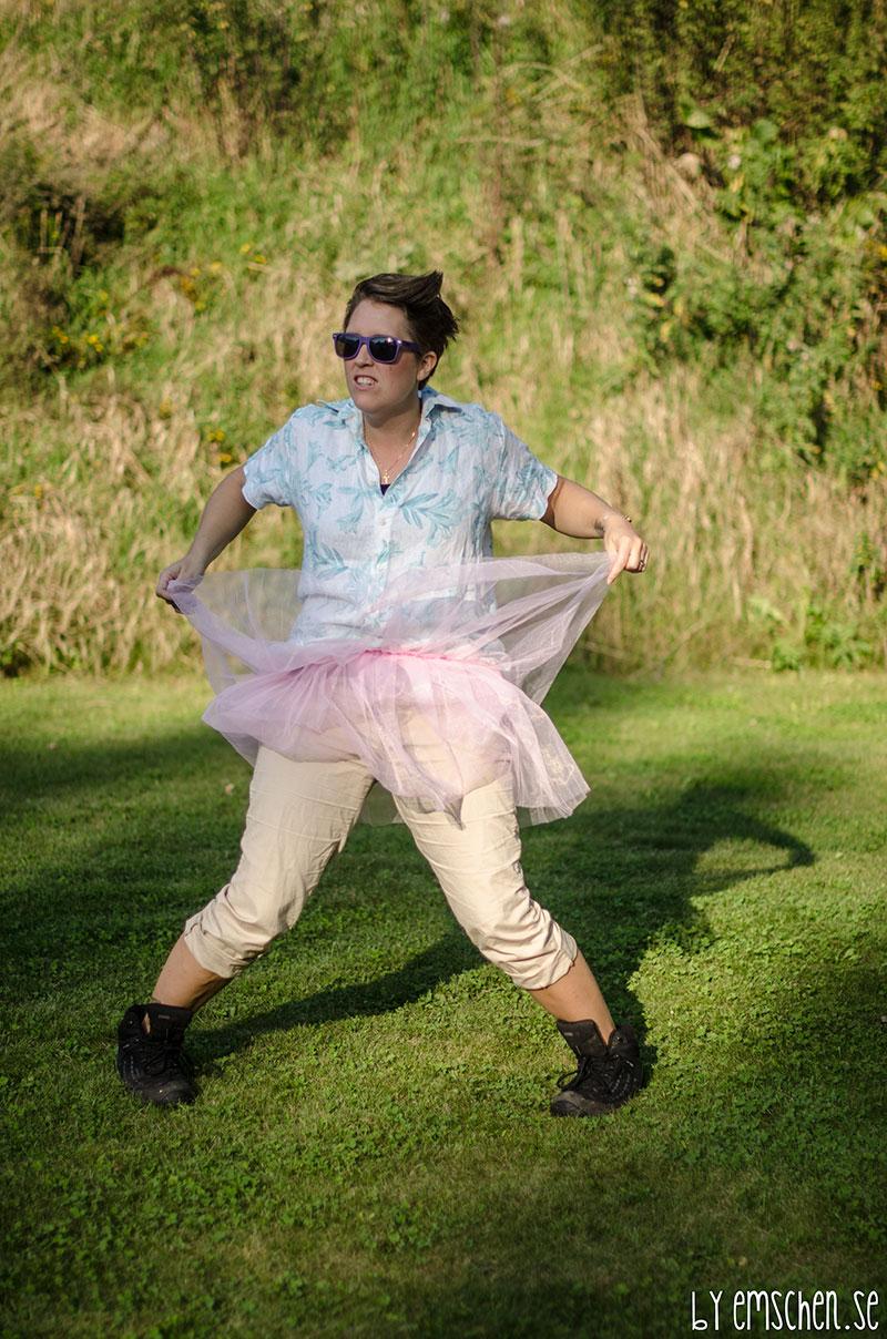 Ace visade gladeligen upp sin fina rosa kjol