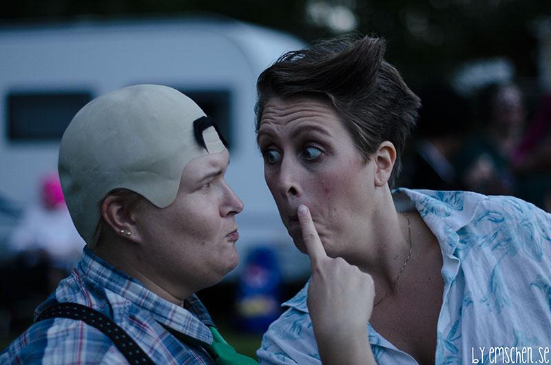 Ace funderar på varför Fredrik Reinfeldt plötsligt har en mustasch i pannan