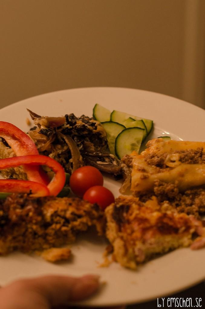 Frida hade med sig tre pajer, köttfärspaj, ost och skinkpaj och en fantastisk svamppaj. Kärleken min hade gjort lasagne.